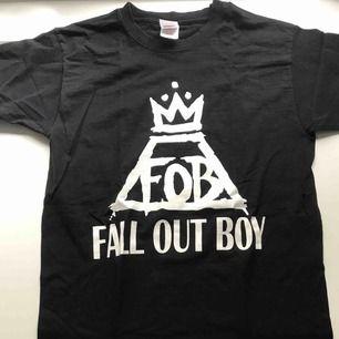 Säljer nu min FOB tröja (gotta get em' money ):  Fall Out Boy merch från Punkt shop. Använd ett flertal ggr, fint skick. Ej strykt. Tryck på baksidan. MÖTS UPP I STOCKHOLM!