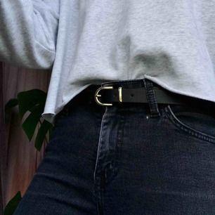 """Jeans från Crocker i """"tvättad svart"""" köpta på JC för drygt 600kr. Fint skick och medel till hög midja. Pris kan didkuteras, frakten betalas av kund och jag tar swish✨."""