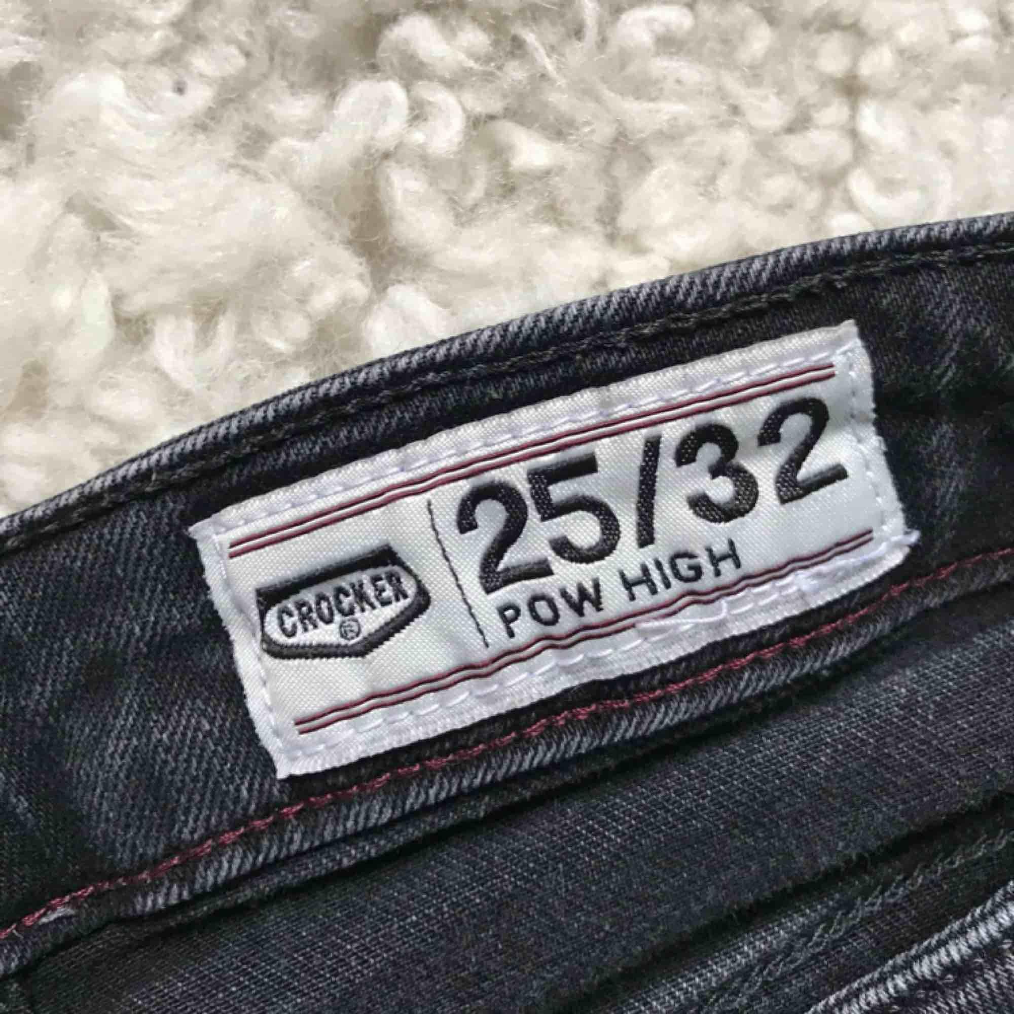 """Jeans från Crocker i """"tvättad svart"""" köpta på JC för drygt 600kr. Fint skick och medel till hög midja. Pris kan didkuteras, frakten betalas av kund och jag tar swish✨.. Jeans & Byxor."""