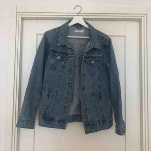 Snygg oversized jeansjacka med snygga detaljer med stjärnor i ryggen. Från  Madlady. Passar nog 3a6976caa0fc5