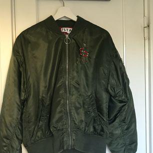 Säljer min super coola bomber jacka från stay. Perfekt höst jacka🙂 Möts upp i Stockholm om frakt är aktuellt står köparen för den😉