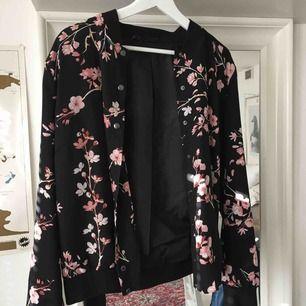 Svart jättefin bomberjacka med rosa blommigt mönster. Storlek 42. Sparsamt använd! Från bonprix eller boohoo (minns ej vilket av dem). Frakt 50kr.