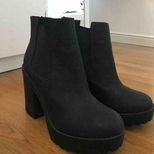Snygga svarta klackar/boots från HM, Använda ett fåtal gånger. Säljer pga för lite användning av de tyvärr:/ ni kan buda priset! Frakt 0kr