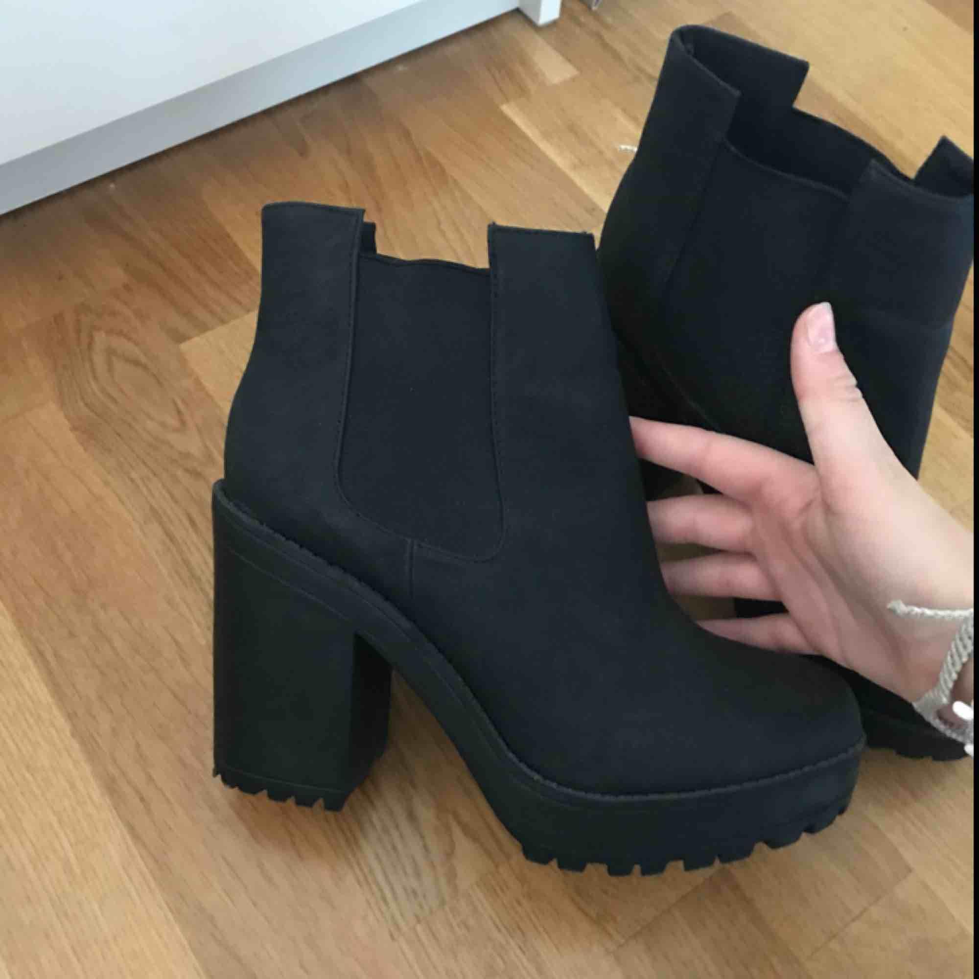 Snygga svarta klackar/boots från HM, Använda ett fåtal gånger. Säljer pga för lite användning av de tyvärr:/ ni kan buda priset! Frakt 0kr . Skor.