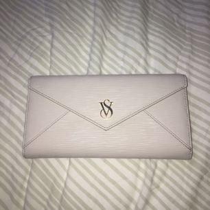 Knappt använd plånbok från Victoria's secret! Stort utrymme för kort, kontant etc. Köptes för ca 2000 kr