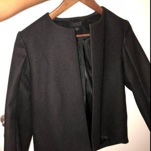 Knappt använd jacka/kostym från COS. Strl 36. Kan mötas i centrala Stockholm eller postas då köparen står för frakten.