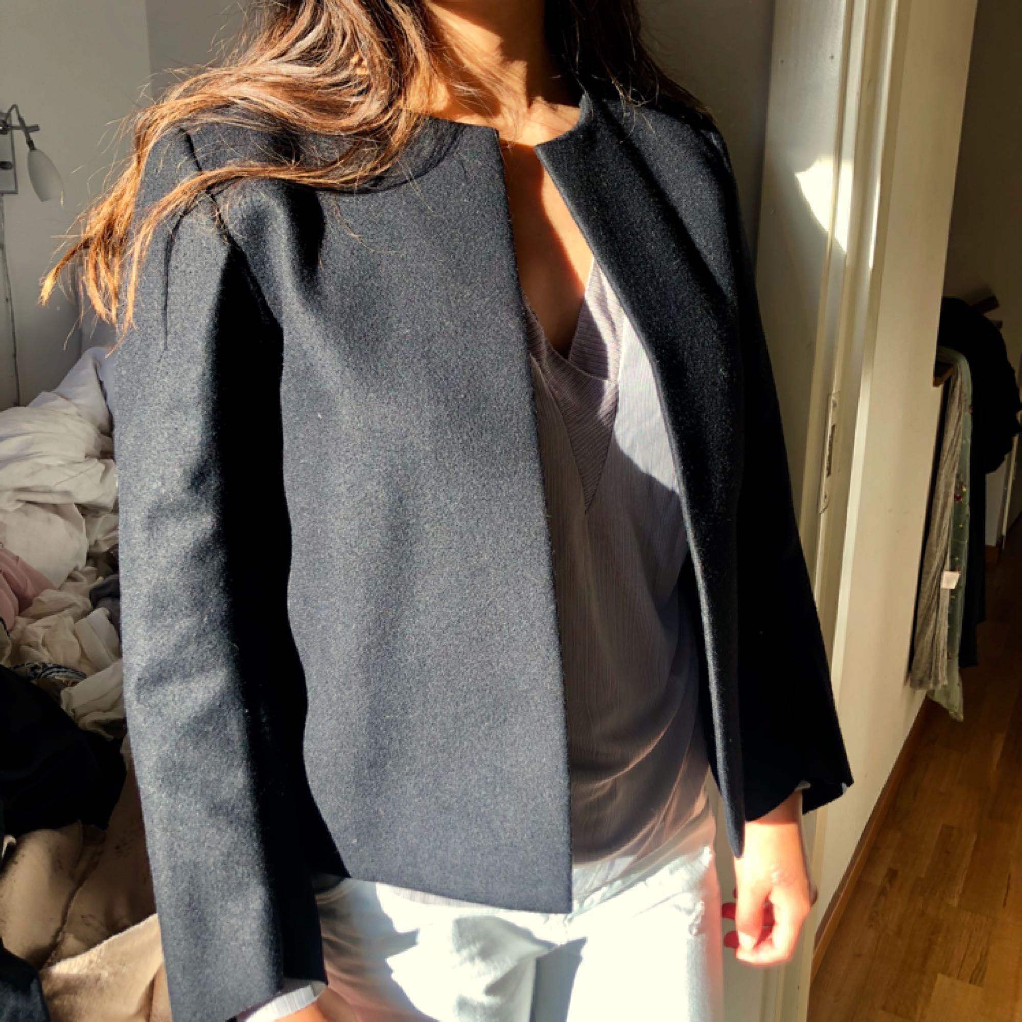 Knappt använd jacka/kostym från COS. Strl 36. Kan mötas i centrala Stockholm eller postas då köparen står för frakten. . Jackor.