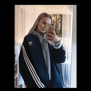 Jättecool Adidas bomberjacka köpt här på plick!! Jättebra skick, men säljs tyvärr pga. för lite användning. Tar gärna swish och köparen står för frakt(ca 70kr)😁❤️