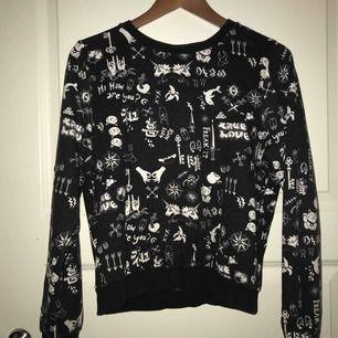 Svart sweatshirt från Monki, skönt och mjukt material. Använt endast fåtal ggr. Bra skick MÖTS UPP I STOCKHOLM!