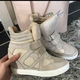 Ett par super fina Isabel Marant liknande/kopia skor. Använda 3 gånger 💛 Köpta för 2000kr!  💕