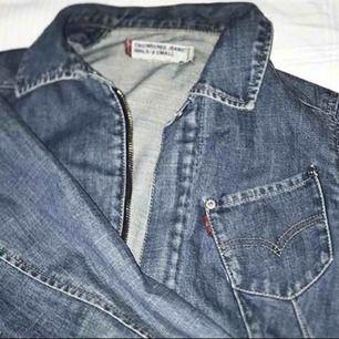 Levis jeansjacka i strl xs. Äkta och inköpt för 1500. Använd några ggr men i väldigt bra skick! Fraktas