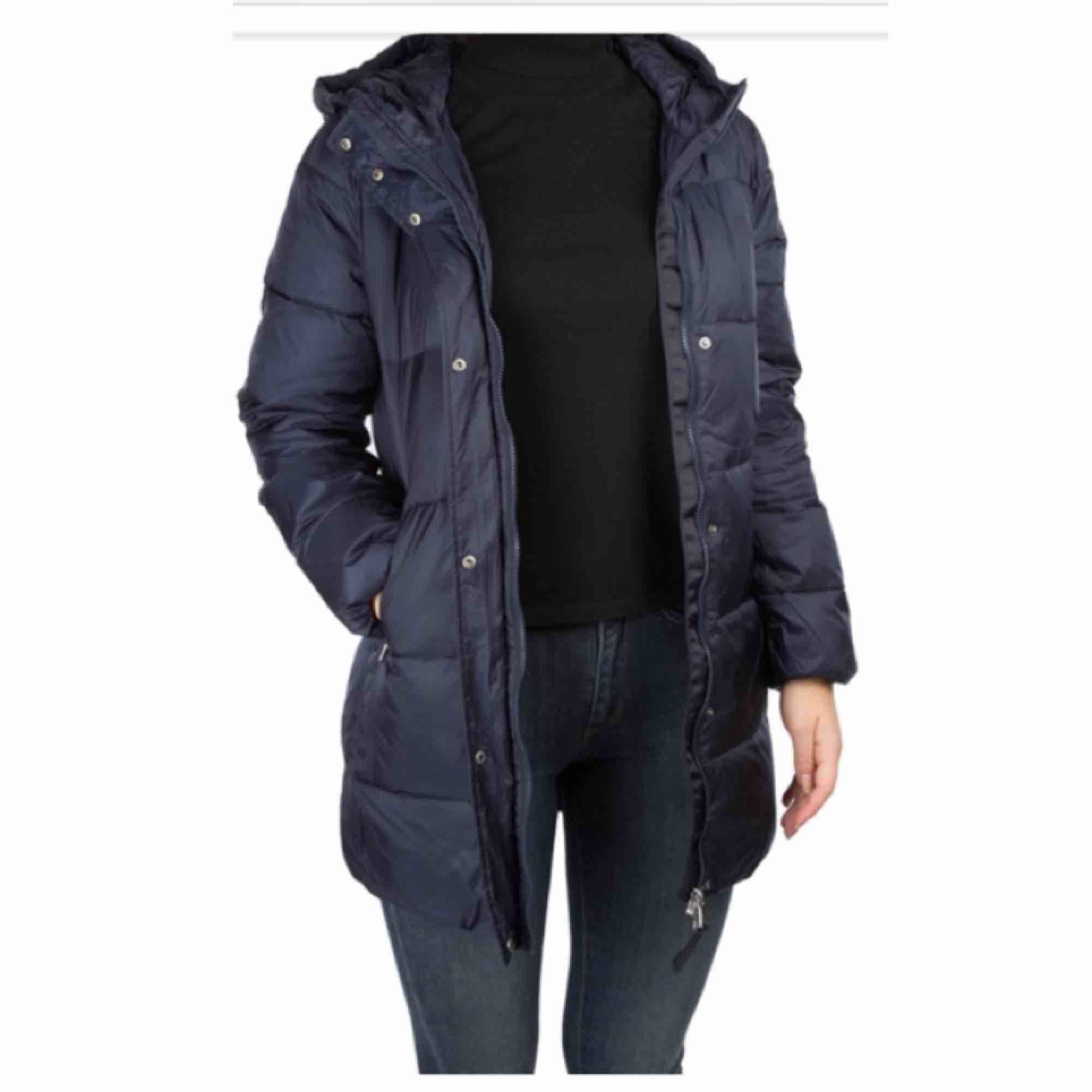 Gant vinterjacka i mörkblå färg. Använd några gånger, den är väldigt varm och passar perfekt nu till vintern. Finns snörningar i jackan så man kan göra den tightare vid midjan om man skulle vilja det.. Jackor.