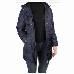 Gant vinterjacka i mörkblå färg. Använd några gånger, den är väldigt varm och passar perfekt nu till vintern. Finns snörningar i jackan så man kan göra den tightare vid midjan om man skulle vilja det.