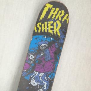 Säljer en Skateboard från SWTSKBS med griptape från Thrasher. Allt på den är nytt och utbytt, och allt håller bra kvalité. Knappt använd, extremt lite slitage.