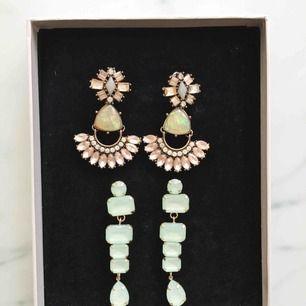 Vackra örhängen i fina gröna toner. Vid köp av fler får du ett bättre pris 👍 (Första paret sålt)