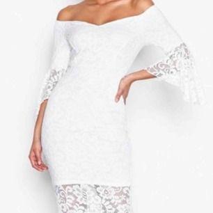 Endast använd en gång, jättefin klänning som formar din kropp, inte genomskinlig. Det är en off shoulder klänning men man kan ha den lite hur man vill!