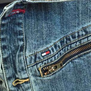 Super skön o snygg jeansjacka med dragkedja som detalj från Tommy hilfigher!  Sparsamt använd! Inga skador!  storlek L men väldigt väldigt liten i storlek så är mer som en s/m därför säljer jag den🌸