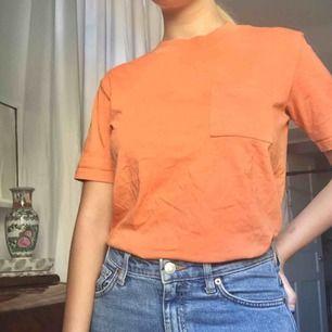 T-shirt från Weekday, storlek xs. Fantastisk, varm orange nyans. Kan eventuellt mötas i Stockholm. Hör av dig om du har frågor
