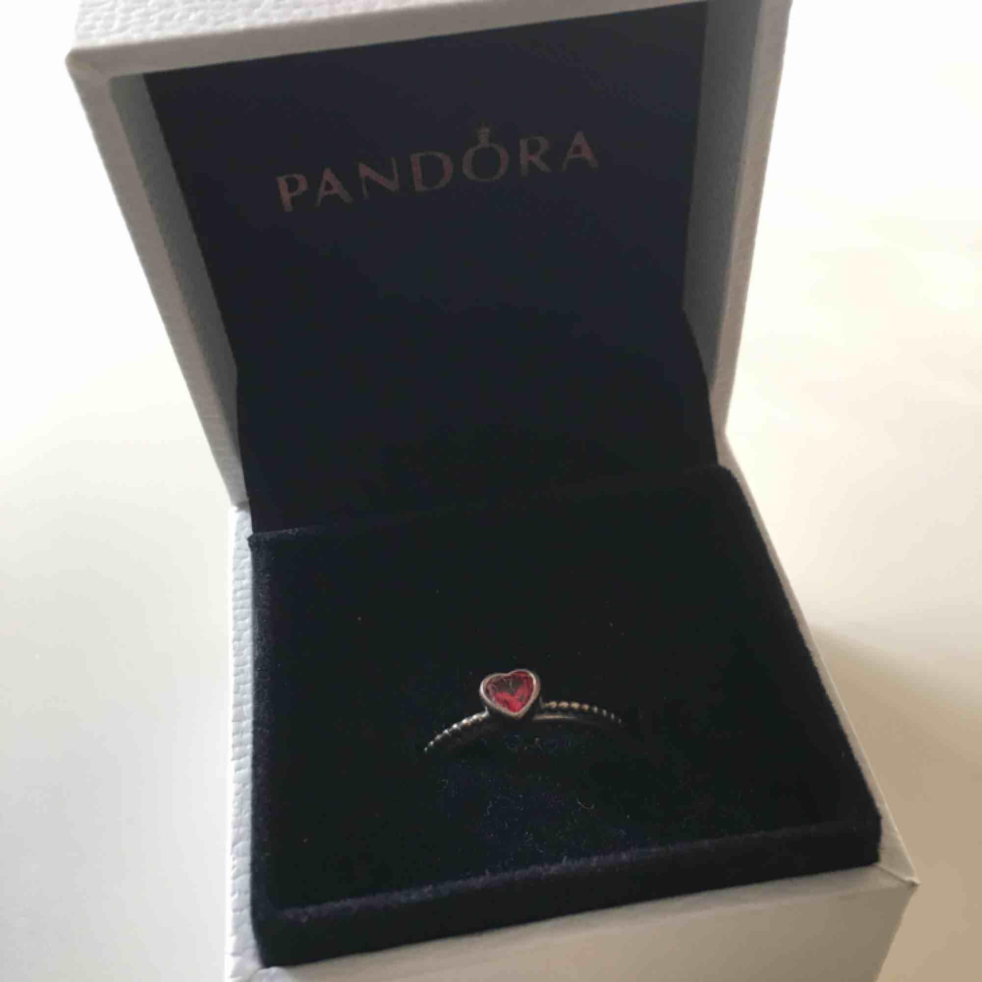 Pandora ring i storlek 18. Endast testad, självklart äkta. Asken medföljer.. Accessoarer.
