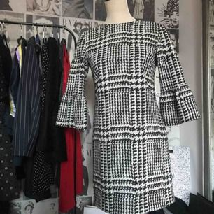 Klänning från Zara med volang på ärmarna.