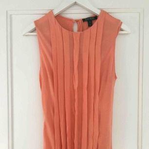 Fin korallfärgad Ralph Lauren klänning i storlek S med knytband runt midjan (går att ta av)