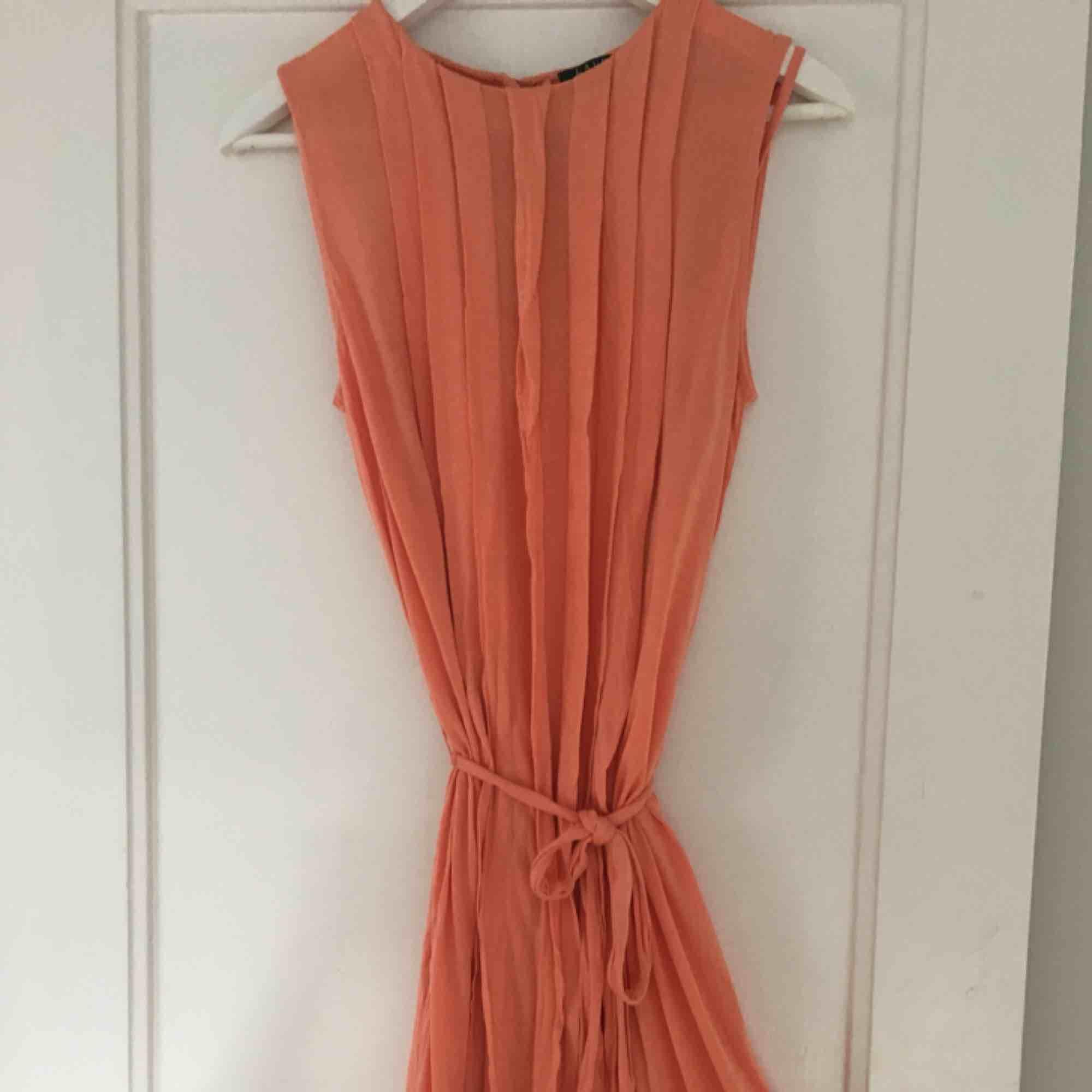 Fin korallfärgad Ralph Lauren klänning i storlek S med knytband runt midjan (går att ta av) . Klänningar.
