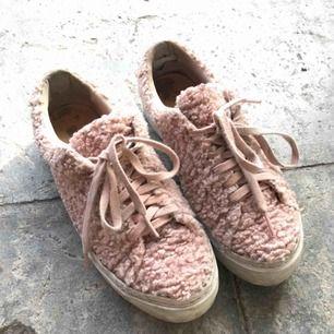 Storleken är 37 men passar bättre än 38a! Säljer nu mina fina, rosa, lurviga skor då dem inte kommer till användning när jag jobbar. Har tyvärr lite slitningar i hälen.
