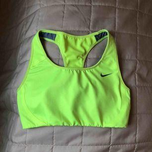 Oanvänd Nike sport-bh, medium support (bra stöd) Sitter bekvämt på!