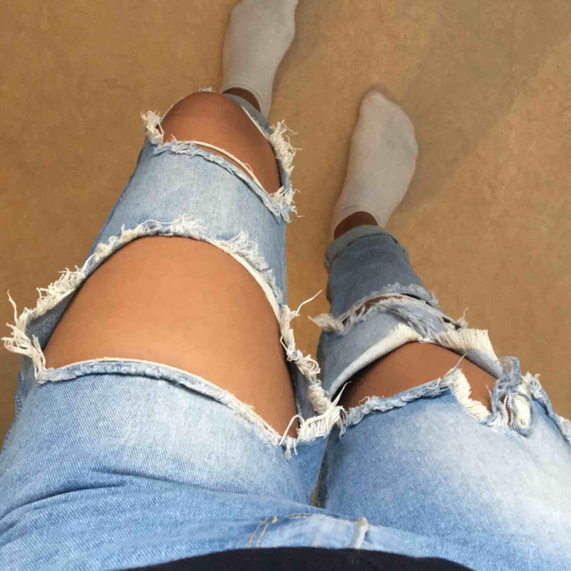 Byxor från Boohoo säljs i storlek 36 men de är mer som XS. De är i bra skick. Möts upp i Sthlm annars står köparen för frakten.. Jeans & Byxor.