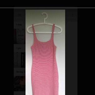 Vit och rödrandig tajt klänning