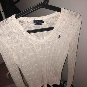 Stickad Ralph Lauren tröja köpt på johnells, bra skicks säljs pågrund av att den inte används. Storlek S