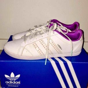 Unika Adidas skor. Har aldrig sett dem någon annanstans. Köpta utomlands. Nypris: 600:- Märke: Adidas - Färg: Vita - Storlek: 39,1/3 - . Snygga och bekväma skor i fint. Använd 2 gånger. Mjuka och lätta skor. Köparen står för frakten.