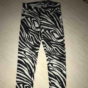 Zebra-byxor i stretchigt material. Tight modell. Med fickor på baksidan. Frakt tillkommer men pris kan diskuteras vid snabb affär