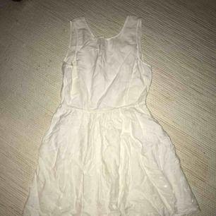 Knappt använd klänning från Vero Moda med en lite fläck längst ner på kjolen av klänningen, därav priset. Frakt tillkommer