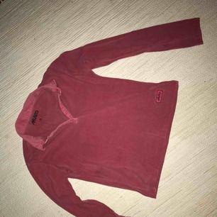 Hallonröd/rosa pikétröja i stretchigt tyg från Musto. Retro design. Frakt tillkommer