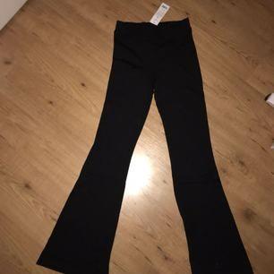Säljer mina supersköna bootcut byxor från Gina tricot. Dessa är den korta modellen och de är helt oanvända. Lappen sitter kvar (därav priset). Frakten är inräknad i priset