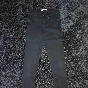 Ett par svarta jeans från ginatricot, inga fel på dom eller märken, säljer pga att de är för stora för mig, frakt tillkommer och pris kan diskuteras🌟