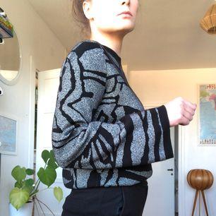 Cool tröja med vida ärmar med silverskimmer. Aldrig använd.