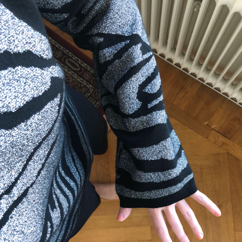 Cool tröja med vida ärmar med silverskimmer. Aldrig använd. . Tröjor & Koftor.