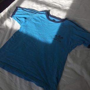 Jävligt snygg tisha från Adidas som är retro. Synd man inte passar i blå :(