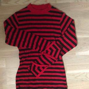 Långärmad tröja med slitsar i ärmarna
