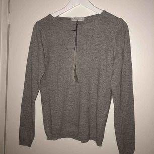 Grå stickad tröja i cashmere-blandning, helt oanvänd med lappen kvar!