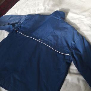 Fet jacka ifrån Nike, lite 90-s stuk på den. Lite skador vid högra hörnet längst ner på baksidan av jackan, men inget man tänker på!!