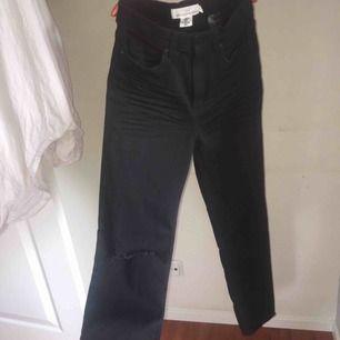 Oanvända Mom jeans i svart/mörkgrå färg med slitning