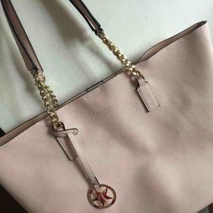 Ljusrosa helt oanvänd väska från primadonna, ett italienskt märke! Den är rymlig och stor men fortfarande jättefin och stilren. Nypris ca 400kr!