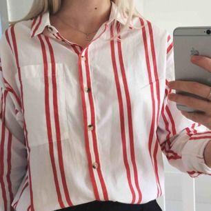 Oversized randig skjorta köpt på Urban Outfitters. Mycket bra skick! Storlek S, men passar XS-M beroende på hur man vill att den ska sitta. Hör gärna av er för fler bilder eller mått!