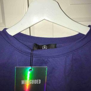 Lila/blåa croppad T-shirt från Missguided. Aldrig använd!💕 första bilden visar färgen bäst.