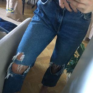 Slitna jeans i piratlängd, knappt använda