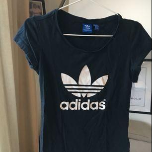 Adidas tröja sitter ganska tight
