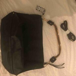 Snygg svart väska från vero Moda med gulddetaljer. Helt ny och aldrig använd (prislapp kvar) originalpris: 400 (Både kort och längre band tillkommer